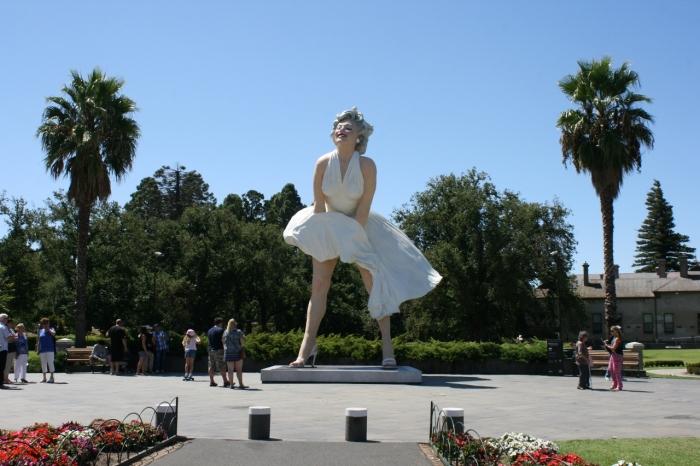 The 8 metre tall Forver Marilyn sculpture by American artist Seward Johnson in Bendigo February 2016
